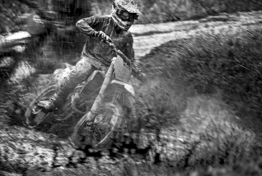 Dråpslaget är den enskilt största tävlingen i motocross i Sverige och i första hand en ungdomstävling. I årets upplaga var det osedvanligt blött på banan efter ihållande regn under hela dagen. Det gjorde banan till rena lervällingen och ställde till det ordentligt för deltagarna.
