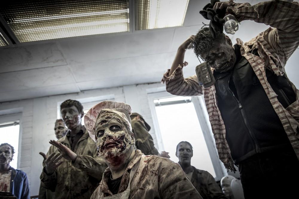 Zombie Escape i Stråssa. Zombierna får en genomgång av spelledaren innan spelet drar igång.
