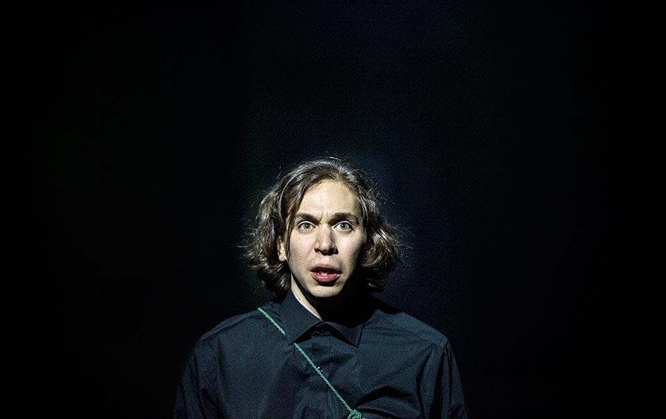 Omid Khansaris som Hamlet. Örebro Länsteater.