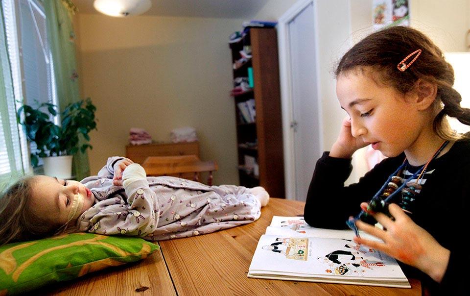 Storasyster Alaà läser sina läxor.