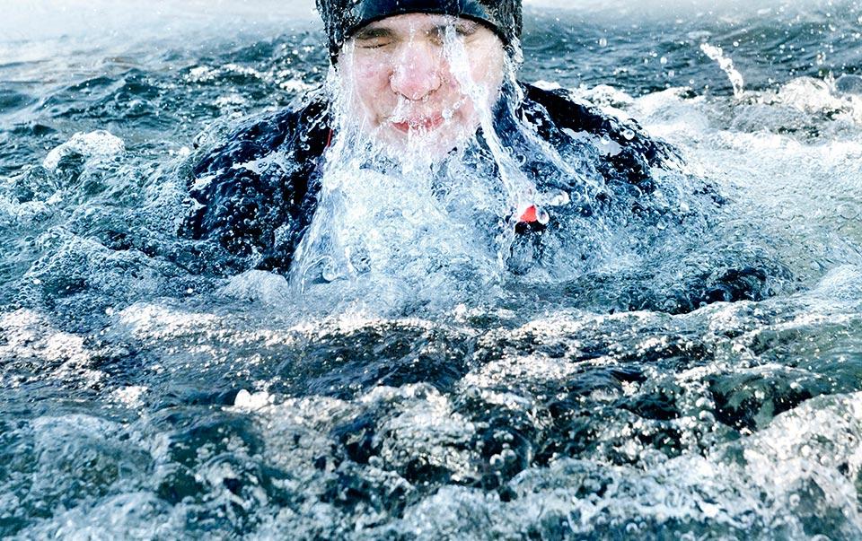 Elever på Kumlaby skola får bada isvak på Djubadalsbadet.