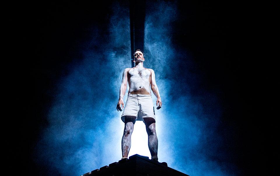 Mattias Lech i rollen som Johann Trollmann i Länsteaterns musikal Boxaren.