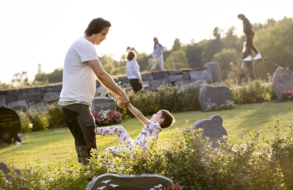 Andreas och hans familj har förlorat ett barn innan födseln.  För familjen har kyrkogården blivit ett trevligt utflyktsmål där barnen kan leka istället för en sorgens plats Martin vilar.